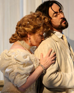 Dianne Wiest and Alan Cumming in The Seagull (© Joan Marcus)