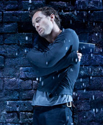 Jude Law in Hamlet (© Johan Persson)