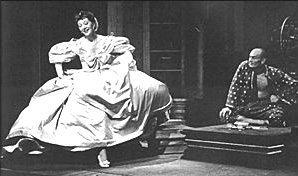 Gertrude Lawrence struts her stuff for Yul Brynnerin The King and I