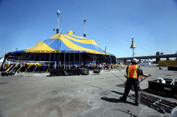 The raising of the Grand Chapiteau
