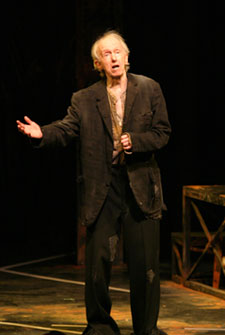 Duell as Filch in Threepenny(Photo © Richard Feldman)