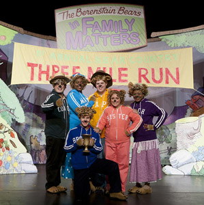 A scene from The Berenstain Bears LIVE! (© Aaron Epstein)