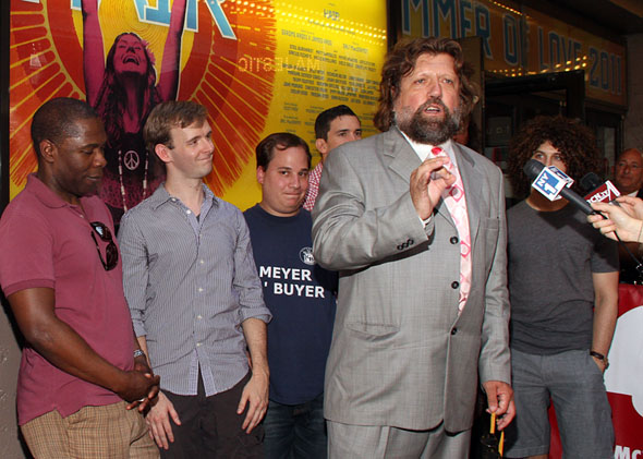 Oskar Eustis and Hair cast members(© Tristan Fuge)