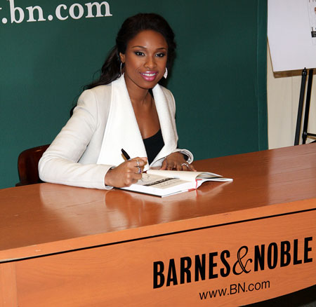 Jennifer Hudson signing copies of her book(© Tristan Fuge)