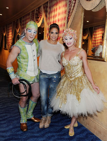 Jennifer Lopez with artists from Cirque du Soleil's O (© Denise Truscello / WireImage)